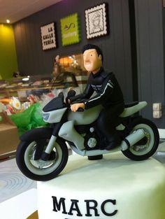 Pastel de fondant con moto Kawasaki Z1000 modelada. #kawasakiz1000