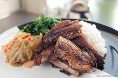I New York ligger restaurantenMomofuku Ssäm og de har blitt berømte på grunn av dette spesifikke koreanske retten som heter Bo Ssäm. Den finnes i mange varianter men består alltid av langtidsstekt svinenakke og forskjellige sauser. Man spiser gjernekimchitil sammen med