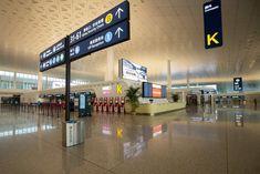 Aeroporto di  Wuhan, Cina Foto di  STR / AFP Photography Collage, Wuhan, Nairobi, Venice Beach, Westminster, Tokyo, Basketball Court, Tokyo Japan, Photo Collages