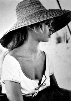 chapeau paille,femme moderne, photo blanc-noir