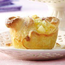 Apfel-Marzipan-Muffins  6    3 Stück (mittelgroß) Äpfel, (z.B. Boskop, ca. 400 g)    1 TL Zitronensaft    1 Packung(en) Henglein Blätterteig, light (Kühltheke), (275 g, oder jede andere Marke)    70 g Marzipanrohmasse      3 EL Magerquark      1 Stück Hühnerei/er    1 EL Zucker    1/4 TL Zimt    1 TL Puderzucker