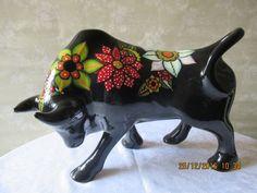 toro de cerámica, pintado a mano con técnica de gota patricia aliste Alphonse Mucha, Ceramic Painting, Stone Painting, Bird Sculpture, Sculptures, Cow Parade, Cow Art, Colorful Animals, Porcelain Ceramics