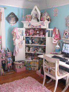 Craft room - I'm on love with the shabby chic look of an organised craft room Craft Room Storage, Room Organization, Craft Rooms, My Sewing Room, Sewing Rooms, Space Crafts, Home Crafts, Craft Space, Kawaii Room