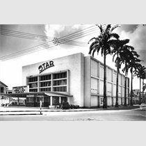 Bioscoop 'STAR theater', Zwartehovenbrugstraat, Paramaribo (Suriname). Opdrachtgever Emile de la Fuente, ook opdrachtgever van het Surinaamse voetbalstadion SVB en het zwembad 'Parima', had zich voorgenomen drie projecten voor de Surinaamse bevolking te bouwen: een stadion, een bioscoop en een volkszwembad. Dit theater is project nummer 2.