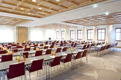 """Großer Andrang: Der Raum Rosenheim rückt als Tagungsregion immer mehr ins Blickfeld - Eine Leistungsschau für Unternehmen, die auf der Suche nach neuen Ideen für Tagungen oder Firmenevents sind - Beim """"2. Chiemsee-Alpen-Business-Treff"""" präsentierten sich 30 Anbieter aus der Chiemsee-Alpenland-Tagungsbranche. Rund 200 Firmenvertreter aus dem Großraum München informierten sich oder buchten Leistungen. Die Angebotspalette ist vielfältig. #tagungshotels #seminarhotels #chiemgau #rosenheim #hotel"""