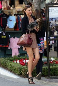 Miranda Kerr takes a visit to a Victoria's Secret store in Los Angeles with her pet dog Secret Store, Victoria's Secret, Miranda Kerr Street Style, Australian Models, Outfit Trends, Sexy Legs, Supermodels, Celebrity Style, Cool Outfits