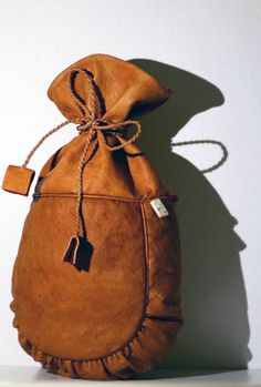 En påse i renskinn, också den av Hanna Råman. Leather Pouch, Leather Men, Leather Backpack, Native American Shirts, Leather Working Patterns, Pouch Pattern, Leather Projects, Pouch Bag, Leather Craft