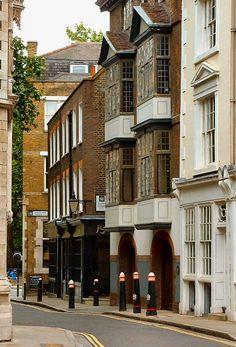 London's oldest home, 41 Cloth Fair (centre)