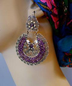 Ich freue mich, diese glamouröse großen silbernen Filagree Arracada bieten / Halbmond Ohrringe mit Amethyst Perlen, die entstanden, nach einer jüngsten Zusammenarbeit mit meinem Juwelier Kunsthandwerk Freund in Oaxaca... von diesem Jahre einkaufen. Frida Kahlo hätte sie geliebt habe! Drop 2 7/8 mit kreisförmigen Arracada 2 breit, von.925 Silber Filagree. Fertig mit Amethyst Perlen und Sicheren Verschluss... Das große atemberaubende, dramatische, femininen Stil romantisches Mexikos. Perfekte…
