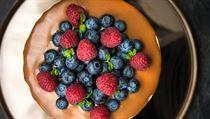 Vyzkoušejte mrkvový dort s karamelem a čerstvým ovocem   Dobrá chuť   Lidovky.cz Kitchenaid, Blackberry, Fruit, Food, Essen, Blackberries, Meals, Yemek, Rich Brunette