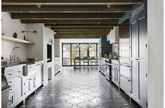 Дизайн таунхауса в Бруклине. Здание было расширено благодаря двухуровневой пристройки, стеклянные двери которой открывают выход в сад на заднем дворе. На фото спроектированная кухня + столовая. #decohata_useful