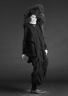 BARBARA i CONGINI (1990) is gevestigd in Kopenhagen, Denemarken waar haar collectie ook wordt geproduceerd. Het doel van het bedrijf is om Nordic kleding gebaseerd op conceptuele benadering van het proces, waar experimenten met vorm zorgen voor visueel motief in het ontwerp. Wat mij aanspreekt is dat het op het eerste gezicht rommelig lijkt, maar bij beter kijken zie je dat zij vorm, techniek en materiaal opnieuw heeft onderzocht en op een nieuwe ingenieuze manier heeft gebruikt.