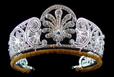 Queen Mary's diamond tiara is decorated with a graduated frieze of styled honeysuckle. The central ornament is made to be detachable. It was made before or during Febuary HRH Princess Alice – Duchess of Gloucester was given the tiara by Queen Mary. British Crown Jewels, Royal Crown Jewels, Royal Crowns, Royal Tiaras, Royal Jewelry, Tiaras And Crowns, Jewellery, Queens Tiaras, Queens Jewels