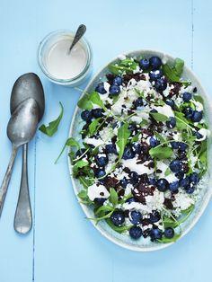 Blomkålssalat med blåbær, soltørrede tomater og cashewnøddedressing er en let og yderst delikat, vegansk salat. Opskriften…