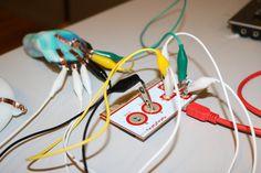 """Lav din egen Game Controller i AnyShape og forbind den til en MaKey MaKey.  Det gjorde en flok børn og voksne på Steno Museet. En lille pige sagde da hun var færdig med sin game controller:      """"Det er jo som modellervoks, bortset fra at det aldrig bliver tørt og kedeligt""""  Det er jo så sandt som det er sagt.... :-)"""