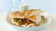 Fladenbrot-Sandwich mit Spiegelei und Kichererbsen  