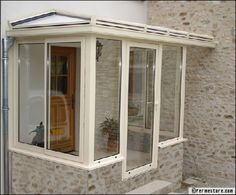 Le sas d'entrée : un concept pratique, isolant et à portée de tous les budgets Porch Gazebo, Screened In Porch, Front Porch, Portico Entry, Sas Entree, Modern Porch, Door Entryway, Small Doors, Front Entrances