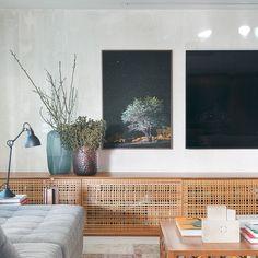 rack com portas venezianas; decoração de sala de estar; Residência PA por BC ARQUITETOS