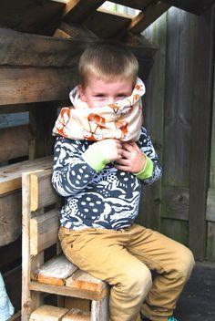Toen lieve Lies mij vroeg of ik jullie eens wilde uitleggen hoe je een cirkelsjaal maakt, zei ik meteen JA! Afgelopen Femma-naaiweekendgaf ik een workshop voor beginners zodat iedereen naar huis kon met een afgewerkte sjaal. Ook mijn zoontje Kobe had nood aan een lekker warme sjaal. Toen ik dit leuke fleece stofje spotte in …
