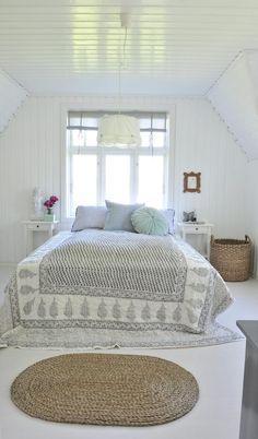 DUSE TONER: Lyst og herlig soverom. Lampen er fra Ikea, mens putene og sengeteppet er fra Kremmerhuset. Den store puten i midten er fra Bolina.