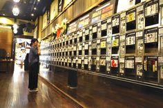 「越後お酒のミュージアムぽんしゅ館」の【利き酒 越乃室】(越後湯沢店)と、同じく【利き酒 番所】(新潟駅店)の2カ所。日本有数の米処、新潟県。その良質な米と水で作られた新潟の全酒蔵の銘酒をいちどきに楽しめる「日本酒自販機」があるのをご存じか。500円で専用コイン5枚と交換し、おちょこ5杯分の利き酒(試飲)ができるとあって、日本酒ファンの間で話題なのだ。そんなアツいスポットに実際に行ってみた! Convience Store, Restaurant Bar, Display, Yahoo, Vending Machines, Japanese Food, Design, Backgrounds, Travel