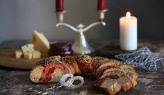 Punajuurikranssit | Maa- ja kotitalousnaiset #joulu #maajakotitalousnaiset #ruokaneuvot Maa, Bread Board, Sausage, Food, Sausages, Meals, Yemek, Eten, Chinese Sausage