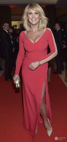 Ona kocha takie sukienki! Głęboki dekolt Ewy Wachowicz w finale