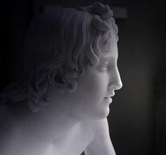 """Oeuvre de François-Joseph Bosio (1817) - Musée du Louvre / Paris  Il était beau comme les dieux de l'Olympe....... il sera frappé mortellement par le disque de bronze qu'il apprenait à lancer. Il s'éteindra dans les bras de son amant Apollon """"Dans mon coeur tu vivras à jamais, beau Hyacinthe. Puisse également ton souvenir vivre toujours parmi les hommes."""" Le sang qui coulait de sa blessure se transforma en la fleur qui porte son nom...."""