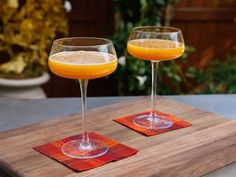 Get Butternut-Squashed Sidecar Recipe from Food Network Fall Cocktails, Winter Drinks, Christmas Cocktails, Thanksgiving Drinks, Thanksgiving Side Dishes, Fun Drinks, Yummy Drinks, Beverages, Cider Bar