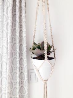 Blog de lifestyle con ideas, tutoriales y consejos útiles que te ayuden a poner linda tu casa y tu vida. Betty Blue, Yarn Thread, Macrame Tutorial, Plant Hanger, Weaving, Blog, Diy Crafts, Dyi, Home Decor