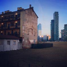 #URBAGRAMMA #31 Porta Nuova #vecchio e #nuovo #ringhiera e #grattacieli #sky #skycraper #Milan