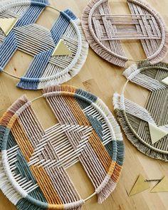 Macrame Wall Hanging Patterns, Yarn Wall Hanging, Macrame Patterns, Macrame Design, Macrame Art, Weaving Projects, Macrame Projects, Tapestry Weaving, Weaving Art