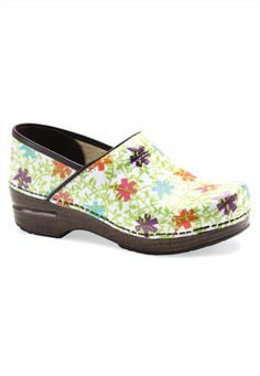 I love Dansko Vegan Professional Clogs, in tons of colors & patterns. Ugly Shoes, New Shoes, Nursing Clogs, Professional Shoes, Clearance Shoes, Dansko Shoes, Look Cool, Comfortable Shoes, Greys Anatomy