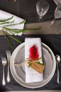 "Australian Christmas table place setting with a bottlebrush flower and tag readi. - Australian Christmas table place setting with a bottlebrush flower and tag reading ""merry"" - Christmas Table Set Up, Christmas Place, Summer Christmas, Christmas Lunch, Christmas Table Settings, Outdoor Christmas, Christmas Christmas, Christmas Decorations Australian, Gold Christmas Decorations"