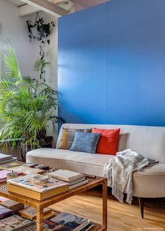 Apostar suas fichas em um apartamento antigo foi uma manobra ousada da editora Sofia Mariutti, porém a reforma valeu a pena, pois trouxe cor e integração.
