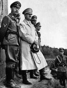 El destino final de Adolf Hitler (de chaqueta clara) sigue creando especulaciones de todo tipo aun hoy en día. Su huida a Sudamérica es la versión más reiterada. (Archivo)