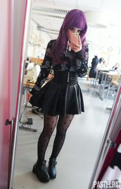 Top Gothic Fashion Tips To Keep You In Style. As trends change, and you age, be willing to alter your style so that you can always look your best. Consistently using good gothic fashion sense can help Hipster Goth, Grunge Goth, Mode Grunge, Pastel Grunge, Grunge Style, Nu Goth, Fashion 90s, Tokyo Street Fashion, Pastel Goth Fashion