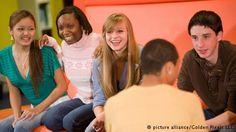 """Jedes Jahr beschäftigt sich ein großer deutscher Verlag mit der Sprache von Jugendlichen in Deutschland. Er gibt ein Buch zum Thema heraus und kürt das """"Jugendwort des Jahres"""". Doch sprechen Jugendliche wirklich so?"""