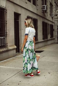 How to wear patterns + street-style skirt the right way – Summer Outfits – Summer Fashion Tips The Fashion Lift, Look Fashion, Skirt Fashion, Fashion Outfits, Fashion Tips, Fashion Bloggers, Modest Fashion, 70s Fashion, French Fashion