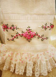 Toalha de Lavabo bordada na cor rosa mesclado e babado duplo floral. R$50,00: