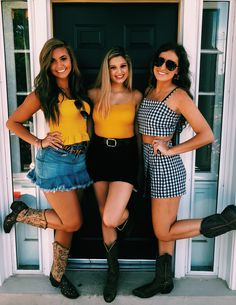 Want some cute and trendy outfits for your game days? Here's a list of the cutest outfits that make it easy to want to dress up and cheer on your school's team! Day Party Outfits, Rush Outfits, Trendy Outfits, Summer Outfits, Country Music Outfits, Country Concert Outfit, College Fashion, College Outfits, Tailgate Outfit