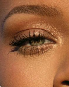 Natural glam eye makeup. Simple no-makeup makeup. Neutral eyeshadow.