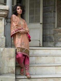 Peach-coloured kurti with bright pink shalwar set by Misha Lakhani Indian Attire, Indian Wear, Misha Lakhani, Pakistani Dresses, Pakistani Suits, Punjabi Suits, Salwar Suits, Indian Bridal Lehenga, Sari Dress