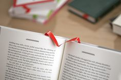The Albatros is a new kind of bookmark that follows your reading. No need to remember the page number, each time you turn one, it inserts itself at the right place