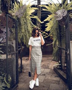 Outfits chic para llevar tenis al trabajo sin verte informal Source by arianaportocarr outfits chic Long Skirt Outfits, Modest Outfits, Modest Fashion, Skirt Fashion, Fashion Outfits, Womens Fashion, Modest Wear, Work Outfits, Fashion Clothes