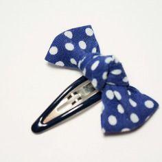Barrette bébé noeud bleu marine à pois blanc / pince mini clic-clac bébé fille