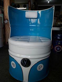Poltrona Kombi Azul Garage Furniture, Barrel Furniture, Automotive Furniture, Automotive Decor, Repurposed Furniture, Drum Seat, Jerry Can Mini Bar, Barris, Oil Barrel