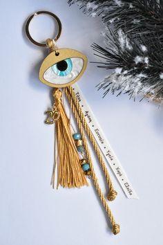 Γούρι μπρελόκ με ξύλο πλεξι ματι. Christmas Home, Christmas Gifts, Felt Keychain, Greek Evil Eye, Diy Accessories, Lucky Charm, Craft Gifts, Key Rings, Home Crafts