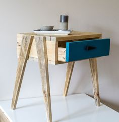 Woodworking Diy Projects By Ted - Table de nuit en bois : Meubles et rangements par palette-graphik Plus Get A Lifetime Of Project Ideas & Inspiration! Bedside Table Styling, Wooden Bedside Table, Wood Nightstand, Wood Table, Small Nightstand, Bedside Tables, Nightstand Ideas, Nightstands, Pallet Furniture
