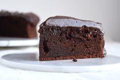"""Helt simpel chokoladekage – lige som man kender den. Chokoladekagen er et hit hos både børn og voksne. Den er nem at bage, og så er den perfekt som en """"klassens kage"""" eller eftermiddagshygge.…"""